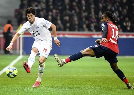 サッカーのフランス1部リーグ、リール戦でパスを出すマルセイユの酒井(左)=2月16日、リール