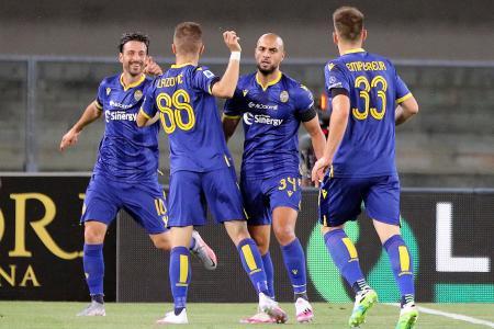 セリエAのベローナ-カリャリ戦で、ゴールを決め喜ぶベローナの選手たち=20日、イタリア・ベローナ(AP=共同)