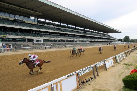 米国競馬のベルモントステークス、無観客のスタンド前を駆け抜けるティズザロー=20日、エルモント(AP=共同)