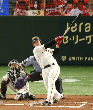 4回巨人無死一塁、岡本が右中間に逆転2ランを放つ。捕手坂本=東京ドーム