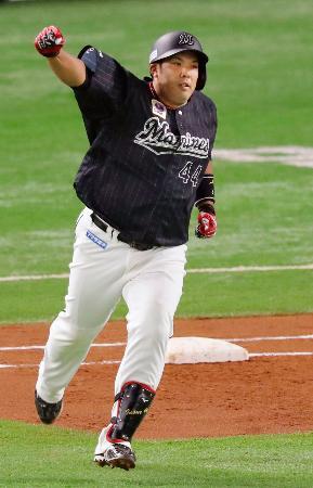 2回、満塁本塁打を放ちガッツポーズで二塁に向かうロッテ・井上=ペイペイドーム