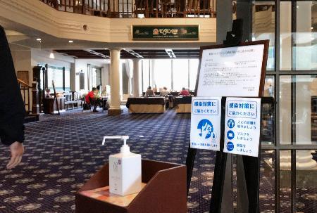 クラブハウス内に設置された消毒液や感染防止を呼びかける掲示板=カメリアヒルズCC(日本女子プロゴルフ協会提供)