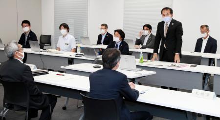 東京五輪のマラソンと競歩の札幌開催を巡り開かれた実務者会議で、あいさつをする組織委の森泰夫大会運営局次長(右から2人目)=23日午後、札幌市(代表撮影)