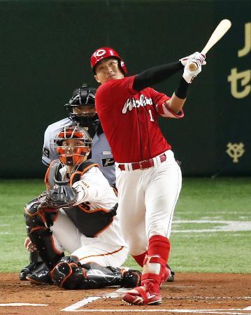 1回広島2死一塁、鈴木誠が左中間に先制2ランを放つ。捕手大城=東京ドーム