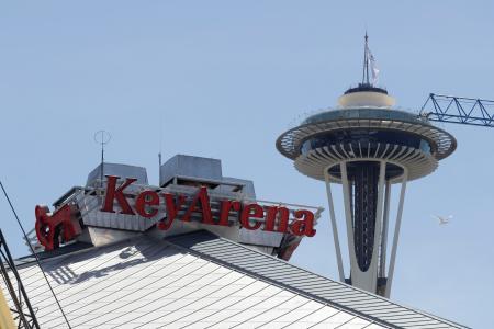 現在リノベーション中のNHLシアトルのアリーナ。右後方はシアトルのランドマーク「スペースニードル」=25日(AP=共同)