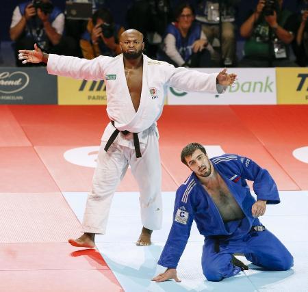 2019年世界柔道の男子100キロ級決勝で、ロシアのイリアソフ(右)を破り優勝したポルトガルのフォンセカ=日本武道館