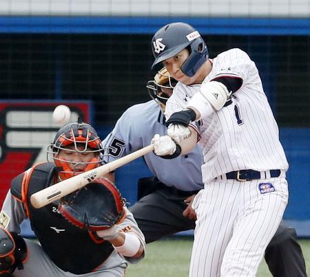 6回ヤクルト1死、山田哲が左越えに満塁本塁打を放つ。捕手大城=神宮
