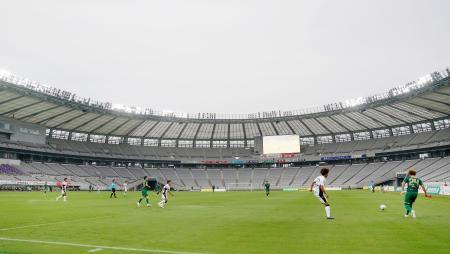新型コロナウイルスの影響による中断が明け、無観客で再開し対戦するサッカーJ2東京Vと町田=27日、東京都調布市の味の素スタジアム