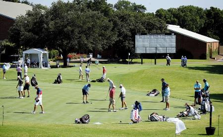 米男子ゴルフツアー再開に備え、会場で練習する選手たち=9日、米テキサス州フォートワース(AP=共同)