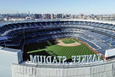 新型コロナウイルスの感染拡大で延期されている開幕を待つ、ニューヨークのヤンキースタジアム=3月(AP=共同)