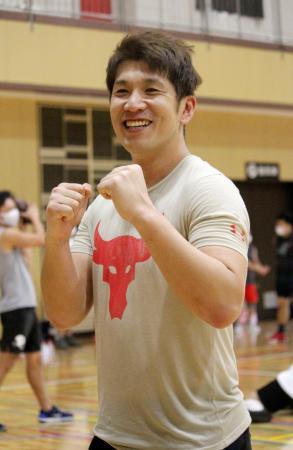 練習を終え、笑顔でポーズをとるアメリカンフットボール日本社会人Xリーグの「みらいふ福岡サンズ」に入団したコージ・トクダ=福岡市