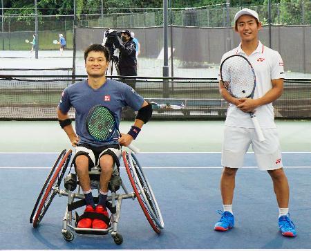 テニスのエキシビションマッチに参加した、車いす男子の国枝慎吾(左)と男子の西岡良仁=千葉県柏市
