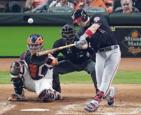 アストロズ戦の2回、本塁打を放つナショナルズのジマーマン=2019年10月、ヒューストン(AP=共同)