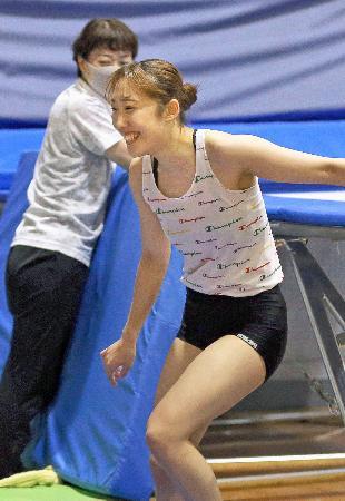 練習で笑顔を見せるトランポリン女子の森ひかる=30日、金沢市(代表撮影)