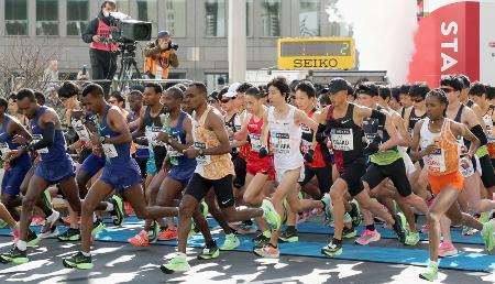東京マラソンで都庁前をスタートする大迫傑(手前右から2人目)ら=3月、東京都新宿区(代表撮影)