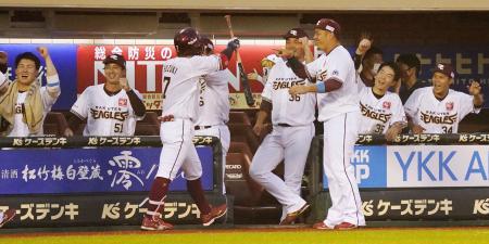 2回、移籍後初本塁打となる3ランを放った鈴木大(7)を迎える楽天ベンチ=楽天生命パーク