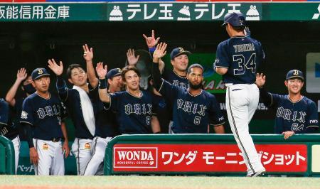 6回、先制2ランを放った吉田正(34)を笑顔で迎えるオリックスナイン=メットライフドーム
