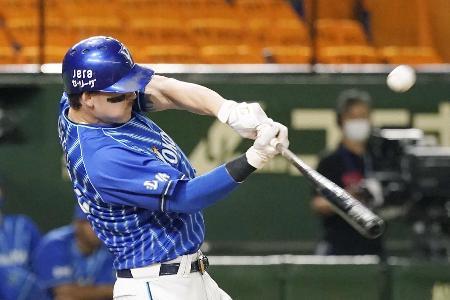 8回DeNA2死満塁、オースティンが右越えに走者一掃の逆転三塁打を放つ=東京ドーム