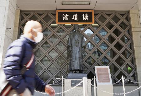 東京都文京区の講道館。奥は講道館柔道の創始者、嘉納治五郎像。