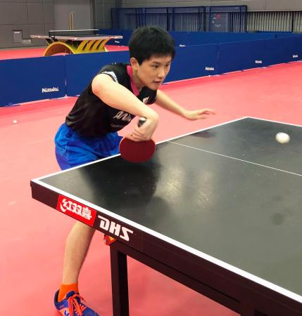卓球のナショナルチームの合宿に参加し、練習する張本智和=東京都北区の味の素ナショナルトレーニングセンター(日本卓球協会提供)