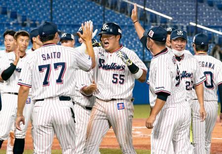9回、サヨナラ満塁本塁打を放ち、祝福されるヤクルト・村上(中央)。右から2人目は高津監督=神宮