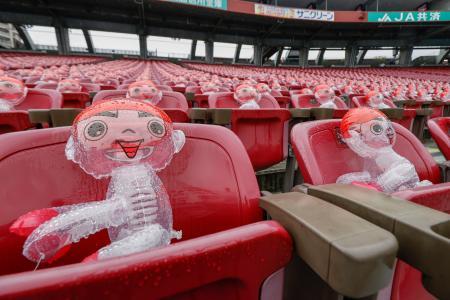 マツダスタジアムの客席に置かれたビニール人形。降雨のため広島―阪神戦は中止となった