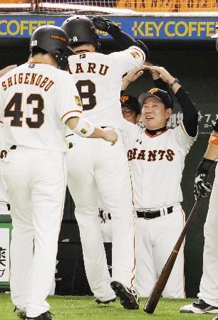 1回、先制3ランを放った丸(8)を「丸ポーズ」で迎える巨人・原監督=東京ドーム