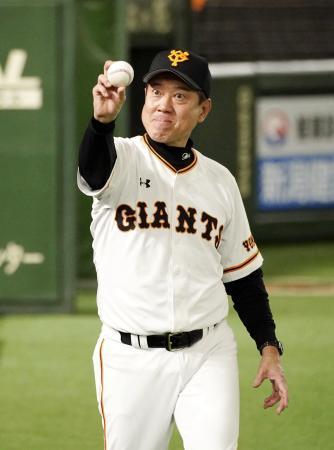 中日に勝利し、ウイニングボールを手にポーズをとる原監督。監督通算1034勝として長嶋茂雄元監督に並んで巨人の歴代2位となった=東京ドーム