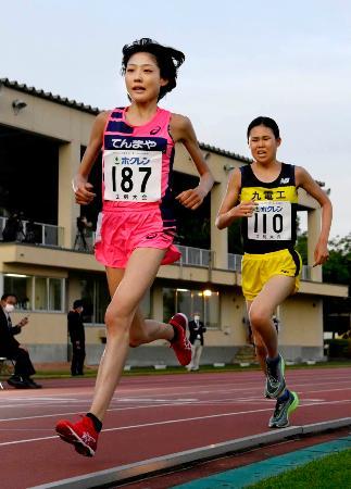 女子5000メートルA組 競り合う前田穂南(左)と宮田梨奈=士別市営陸上競技場