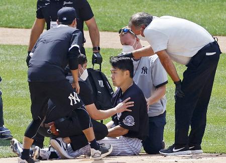 対戦形式の練習で打球を頭部に受け、医療スタッフらに状態の確認を受けるヤンキース・田中(中央)=5日、ニューヨーク(AP=共同)