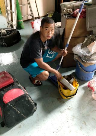 豪雨で浸水被害を受けたジムの復旧作業をする岡沢セオン=7日、鹿児島県鹿屋市