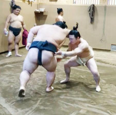 稽古をする炎鵬(右)=東京都墨田区の宮城野部屋