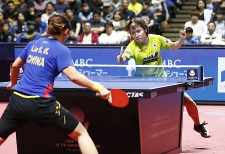 昨年の荻村杯ジャパン・オープン女子シングルス準決勝で対戦する平野美宇(右)=2019年6月16日