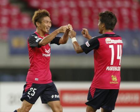 C大阪―清水 後半、先制ゴールを決め、丸橋(右)と喜ぶC大阪・奥埜=ヤンマー
