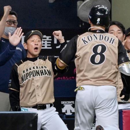 2回、3ランを放った近藤(8)を迎える日本ハム・栗山監督=京セラドーム