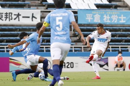 横浜FC―札幌 前半、先制ゴールを決める札幌・鈴木(右端)=ニッパツ三ツ沢球技場