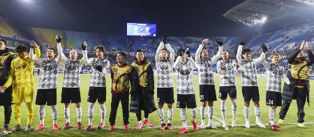 ACL1次リーグG組で水原に勝利し、サポーターの声援に応える神戸の選手たち=2月19日、水原