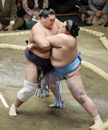 1月の初場所で琴ノ若(右)を攻める照ノ富士=両国国技館