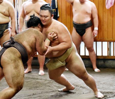 稽古で胸を出す朝乃山=東京都墨田区の高砂部屋(日本相撲協会提供)