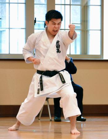 形インターネットGPで優勝し、演武を披露する男子の熊谷拓也=10日午前、文科省