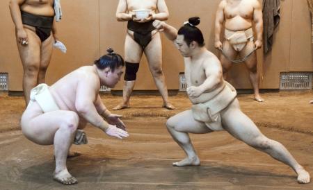 横綱白鵬(左)と稽古する炎鵬=東京都墨田区の宮城野部屋