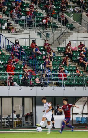 観客を入れて行われたサッカーJ2の岡山―北九州戦=シティライトスタジアム
