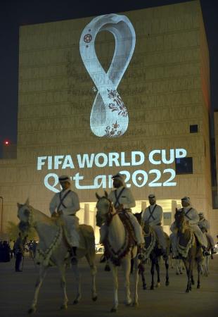 2022年ワールドカップ(W杯)カタール大会の公式エンブレム=2019年9月、ドーハ(ゲッティ=共同)