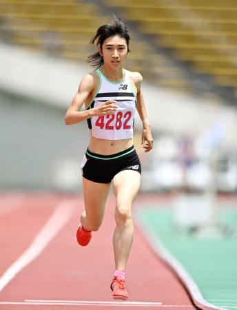 女子800メートル 2分4秒66でゴールする田中希実=神戸ユニバー記念競技場