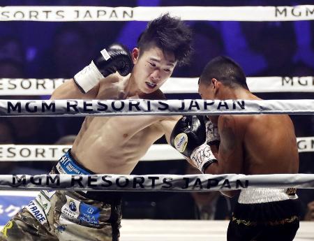 昨年12月のWBCライトフライ級世界タイトルマッチで、7度目の防衛に成功した寺地拳四朗(左)=横浜アリーナ