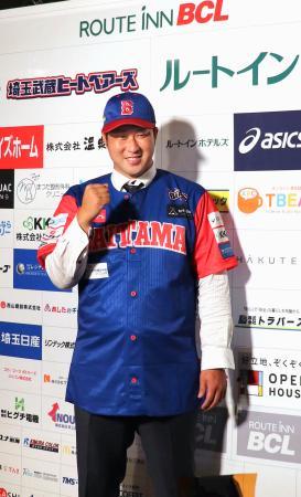 独立リーグ、ルートインBCリーグ埼玉に入団合意し、ユニホーム姿でポーズをとる田沢純一=13日、埼玉県熊谷市