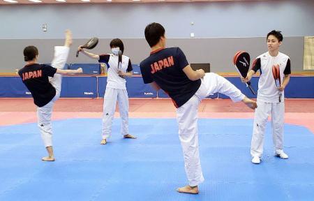 強化合宿を開始したテコンドーの東京五輪代表。左から2人目は浜田真由=13日、東京都北区の味の素ナショナルトレーニングセンター(全日本テコンドー協会提供)