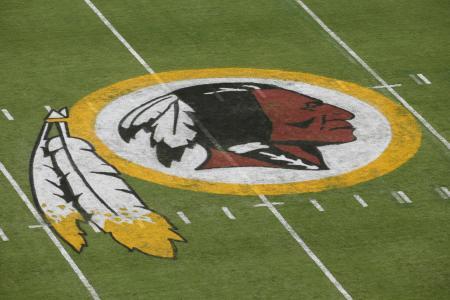 プロフットボールNFLのレッドスキンズのロゴ=2014年8月、米メリーランド州ランドーバー(AP=共同)