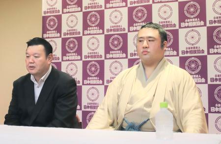 オンラインで現役引退の記者会見をする栃煌山。左は春日野親方=15日、東京・両国国技館(日本相撲協会提供)