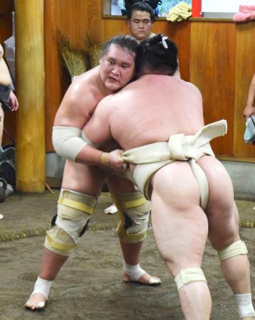 稽古する照ノ富士(左)=東京都江東区の伊勢ケ浜部屋(日本相撲協会提供)
